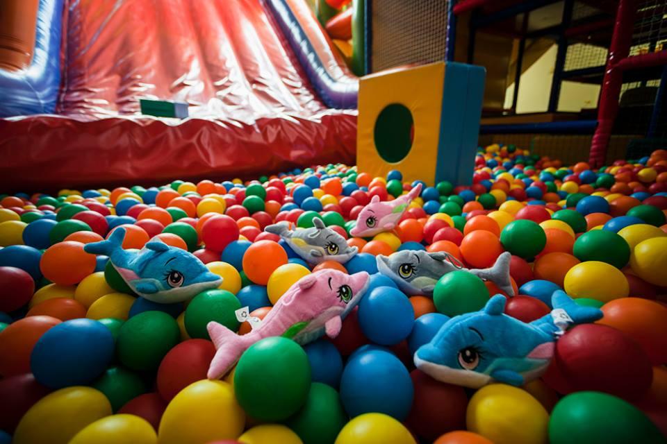 Színes labdák a Kölyökpark Játszóházban
