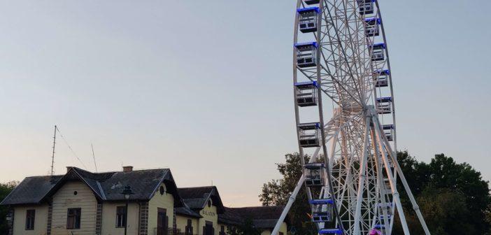 A Keszthely óriáskerék 50 méter magas és 180 fő befogadására képes.